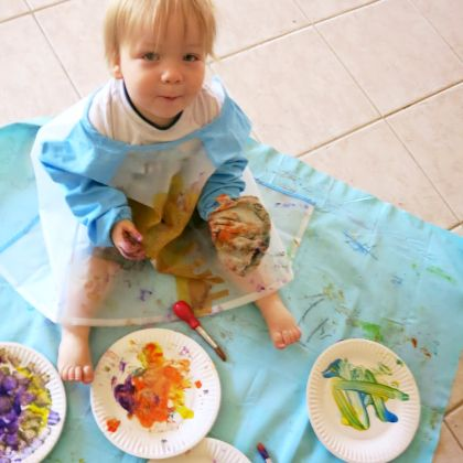 Use a paper plate instead of papers for your little ones to enjoy that canvass painting sessions today!