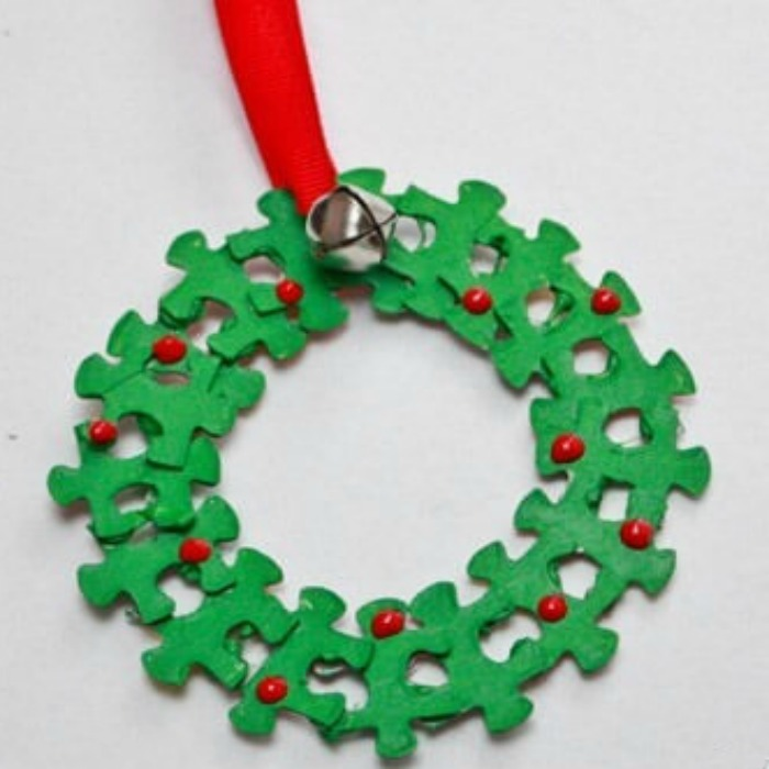 25 winter wreath crafts for kids for Decoration pieces from waste material